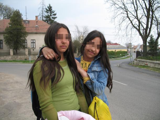 filles roms floutées