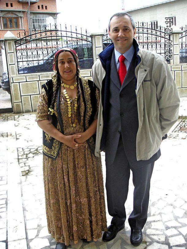 Expert de Savatan en police de proximité, le maréchal de gendarmerie Serge Châtelain pose fin 2012 à Bucarest avec la femme d'un chef de communauté rom.