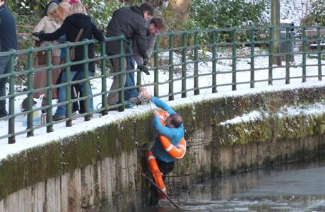 lac rivière homme sauvé