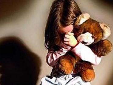 pedophilie fillette viol violée peluche pleur fille