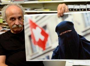 L'ex-journaliste Giorgio Ghiringhelli à Losone est à l'origine de l'initiative qui a été plébiscitée dimanche 22 septembre 2013 par près de deux tiers des citoyens tessinois (65,3%). Image: Karl Mathis/Keystone