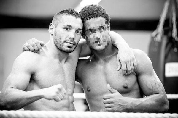 Il y a quelques mois, Carlos (à droite) a renversé un piéton qui a dû être hospitalisé avec une fracture du crâne. Sur la photo, Carlos est avec son entraîneur de boxe thaïe, Shemsi Beqiri.
