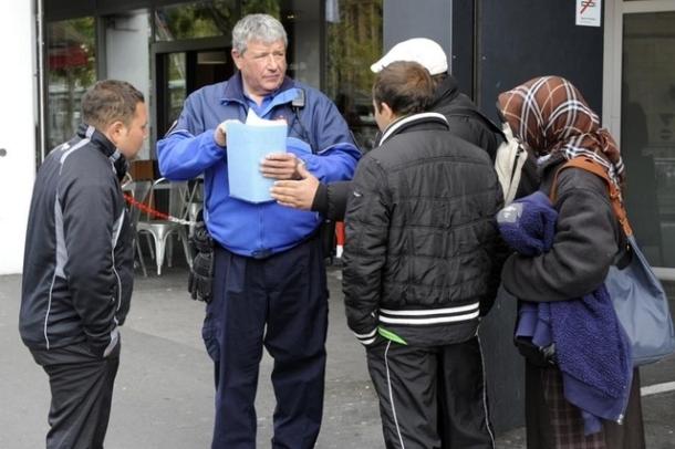 Au mois de mai, le sergent Gilbert Glassey, de la police lausannoise, a expliqué aux Roms les changements liés au nouveau règlement. Image: PHILIPPE MAEDER