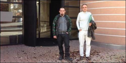L'employé accusé (à g.) était accompagné mardi de son patron. (photo: lmo)