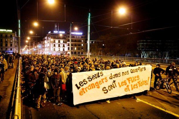 Genève, le 14 Février 2014. Une manifestation contre le racisme, suite aux votations du 9 février , a rassemblé environ 400 à 500 personnes ce vendredi soir. Le départ a eu lieu à 22h devant l'Usine pour ensuite se déplacer vers la gare puis les Pâquis. © Magali Girardin.