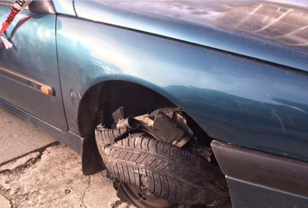 La voiture des fuyards après avoir roulé sur la herse