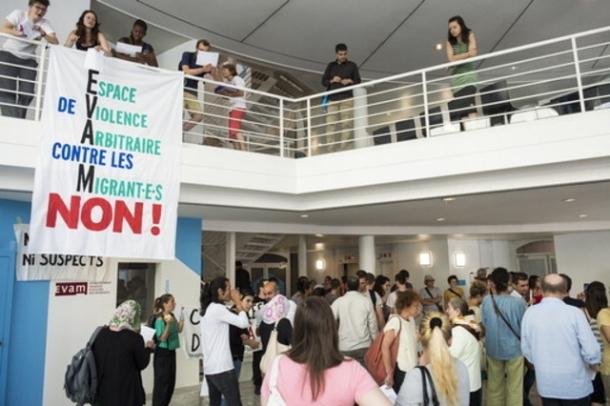 Des militants de la gauche lausannoise investissent le siege administratif de l'EVAM, etablissement vaudois d'accueil des migrants, pour protester contre la politique migratoire
