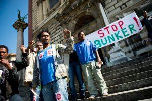 """Un collectif de demandeurs d'asile erythreens manifestent lors d'un piquet de protestation """"stop bunker"""" ce mardi 23 septembre 2014 devant le palais de Rumine a Lausanne."""
